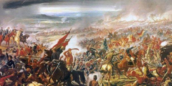 Exércitos se enfrentam na Guerra do Paraguai. Na paisagem há cavaleiros, bandeiras, armas e tropas dos dois lados.