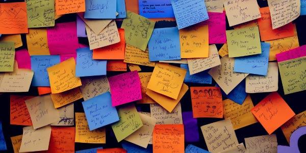 guia da redação nota mil: vários post-its coloridos com ideias colados