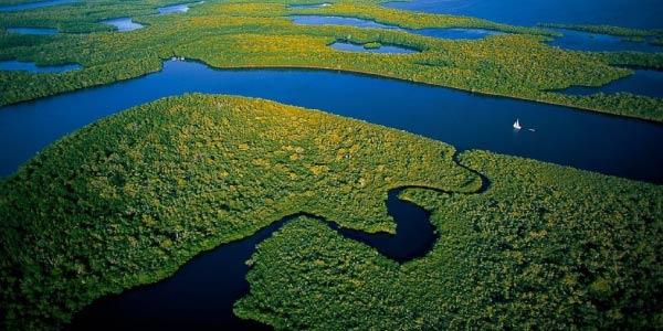 o que é relevo? Planicie com rios e áreas verdes