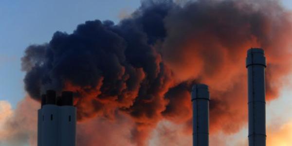 problema ambiental no brasil da poluiçao do ar retratada por chaminés industriais lançando gases na atmosfera