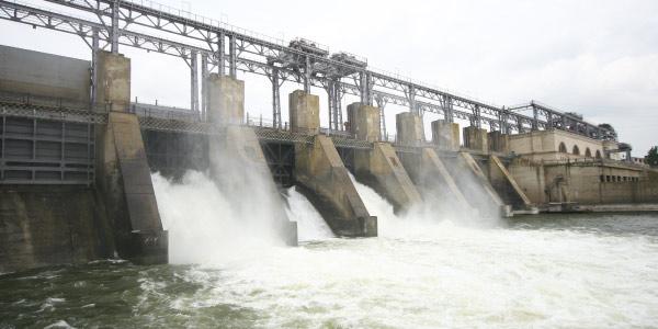 usina-hidrelétrica Exercícios de Trabalho e Energia
