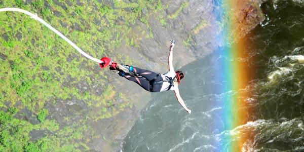 Pessoa pulando de Bungee_Jump representado a Aceleração da Gravidade e se preparar para os exercícios da matéria