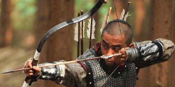 arqueiro tencionando o arco prestes a atirar a flecha