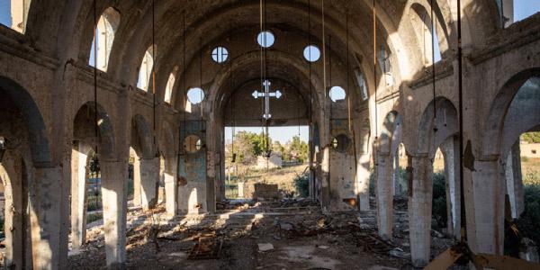 igreja destruida representando o ataque comunista