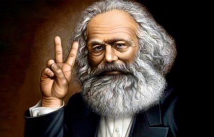imagem de karl marx filosofo ideologo do comunismo com dois dedos levantados