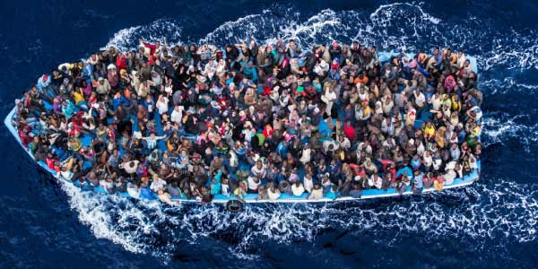 Pessoas dentro de um barco com diferentes culturas migrando para outro país, movimentos migratórios