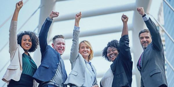 pessoas comemorando um dia de sucesso profissional