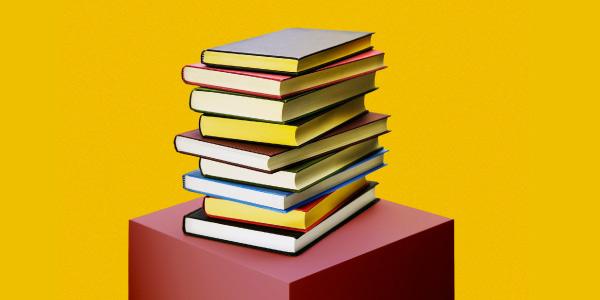 Vários livros de diferentes gêneros literários empilhados