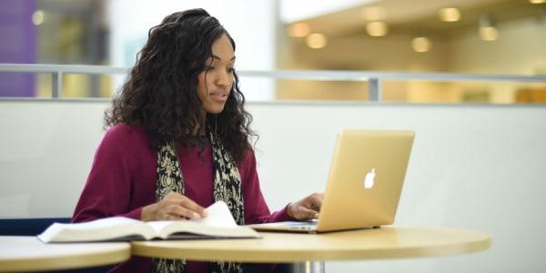Pessoa-pesquisando-no-computador-sobre-como-estudar-para-Fuvest
