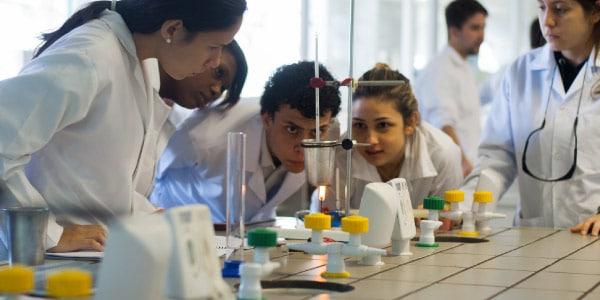 O-que-é-Biomedicina-Estudantes-em-laboratório