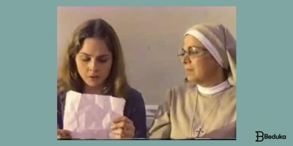 Resumo-de-As-meninas-há-uma-menina-morena-lendo-uma-carta-com-uma-freira-ao-lado-olhando-para-o-papel