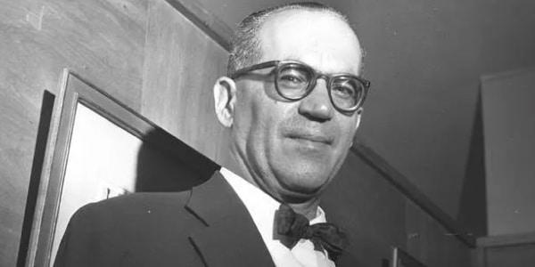 Imagem-de-Guimarães-Rosa-foto-em-preto-e-branco-o-autor-e-escrito-rusa-terno-com-gravata-borboleta-e-óculos