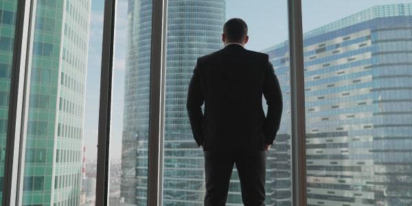 Empresario observando o sucesso