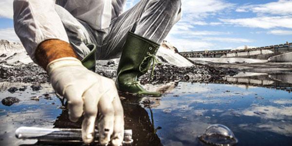 cientista-coletando-amostra-de-agua-na-beira-de-um-lago-ou-rio-para-biorremediação-in-situ