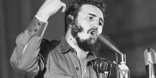 Fidel-Castro-no-Poder-fazendo-discurso-em-microfone-e-gesticulando-com-a-mão