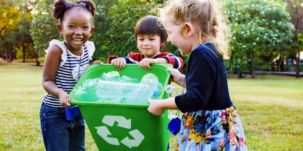 Medidas-individuais-de-conservação-ou-prevenção-ambiental-crianças-carregando-um-lixo-de-coleta-seletiva-reciclaveis