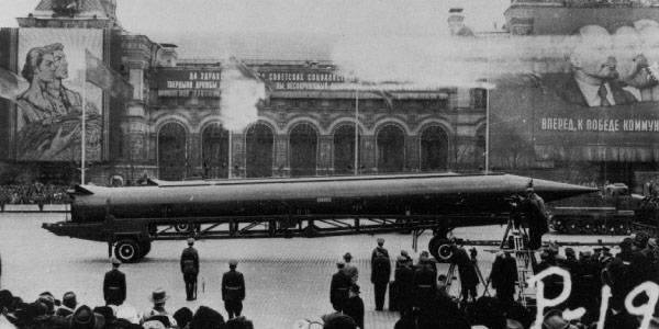 imagem-de-míssel-d-aunião-soviética-indo-para-a-praça-de-Cuba-crise-dos-mísseis-1961-Guerra-Fria