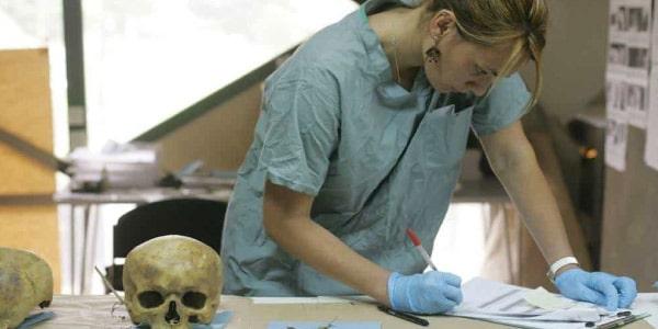 Uma antropóloga trabalhando em sua pesquisa