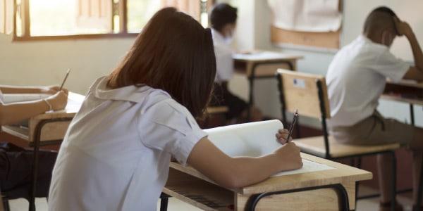 Estudantes realizando a prova do SAEB