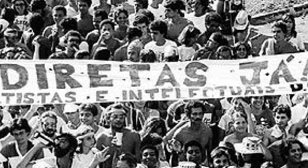 imagem-fotografia-preta-e-branco-do-movimento-ou-manifestaçao-diretas-ja-na-epoca-da-redemocratizaçao-do-brasil-pedindo-pelo-direito-ao-voto-no-brasil-pos-ditadura-militar-em-1974