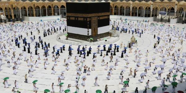 mulçumanos-rezando-virados-para-a-capital-meca