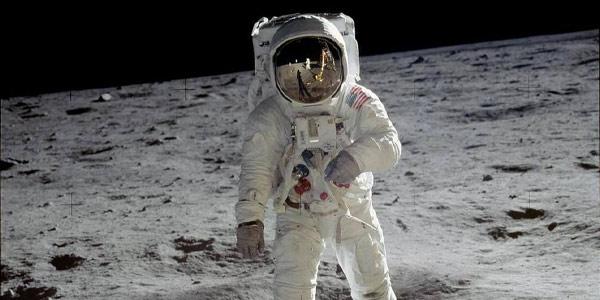 imagem de astronauta na superficie da lua
