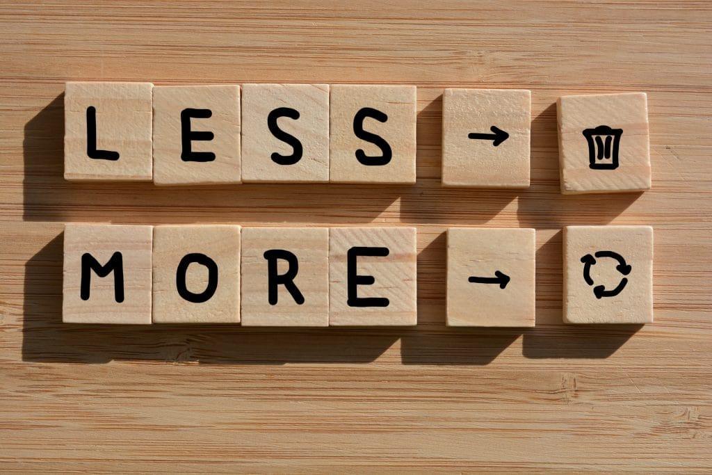 less trash more recycling menos lixo mais reciclagem bloquinhos de madeira formando palavras