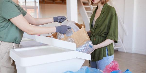mulher separando material para reciclagem e gestao de residuos